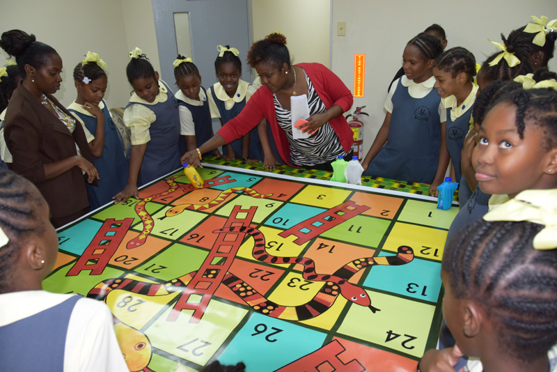Learning historical facts through the game of Snakes and Ladders